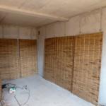 Bautag 40 - 15.8. - Schilfrohrisolierung vor Betonwand
