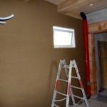 Bautag 53 - 01.9. - Lehmputz auf Schilfrohrmatten vor Betonwand im UG